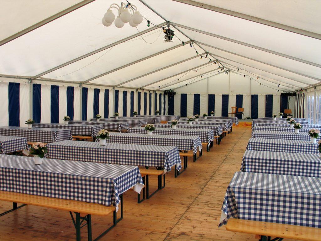 intérieur tente chapiteau barnum avec table et chaise en ile de france