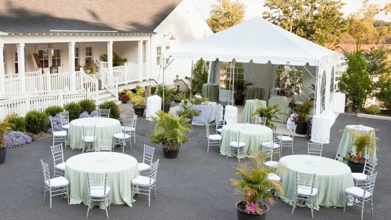 chapiteau et des tables avec des chaises