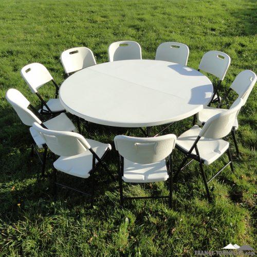 table rond et des chaises pliables