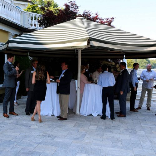 grand air avec des tables mange debout