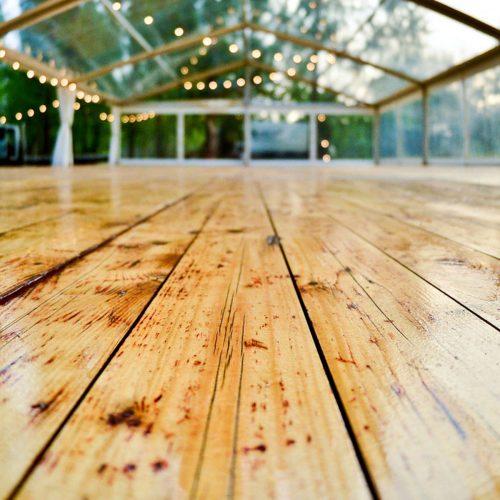 un grand place avec un plancher et toiture transparente